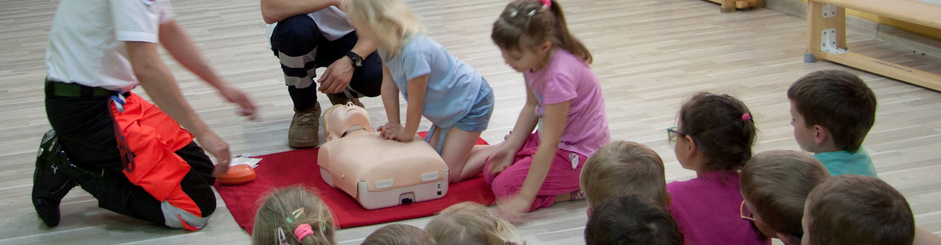 Nauka-pierwszej-pomocy-dla-dzieci-i-młodzieży-metody-dostosowane-do-wieku